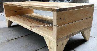 Dies ist ein stehend aufgestelltes Set von Paletten-TV-Ständern, das eine … #WoodWorking
