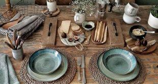 Rustikales Casual Dining und jede Menge Textur auf diesem Naturholztisch. Grünes Plat ..., #...
