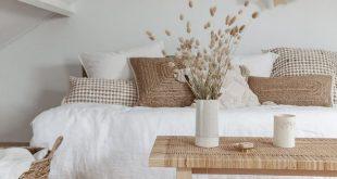 Weiße Lackfarben: Rustikales weißes Wohnzimmer mit minimalem Bauernhaus-Innensti